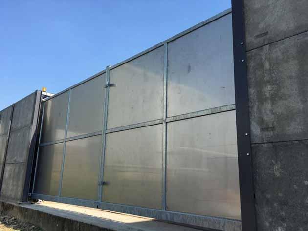 Dubbele schuifpoort met plaatwerk - Hoving Hekwerk B.V. Stadskanaal