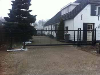 Woning met schuifpoort en hekwerk - Hoving Hekwerk B.V. Stadskanaal